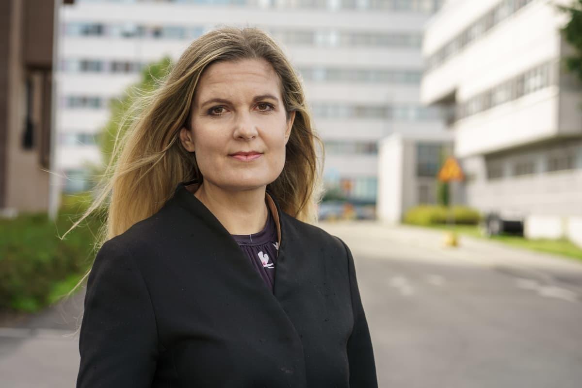 Mannerheimin lastensuojeluliiton auttavien puhelimien päällikkö, sosiaalipsykologi Tatjana Pajamäki  henkilökuvassa.