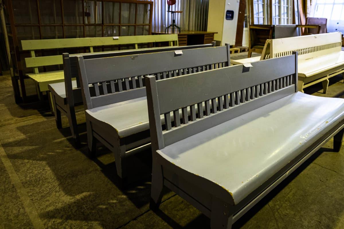 Eliel Saarisen suunnittelemat tuolit ovat myynnissä Helanderin huutokaupassa Konepajalla 28.8.2021.