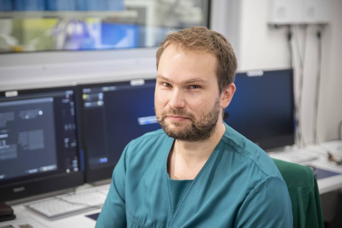 Lääkäri Lauri Pautola tietokoneen äärellä.