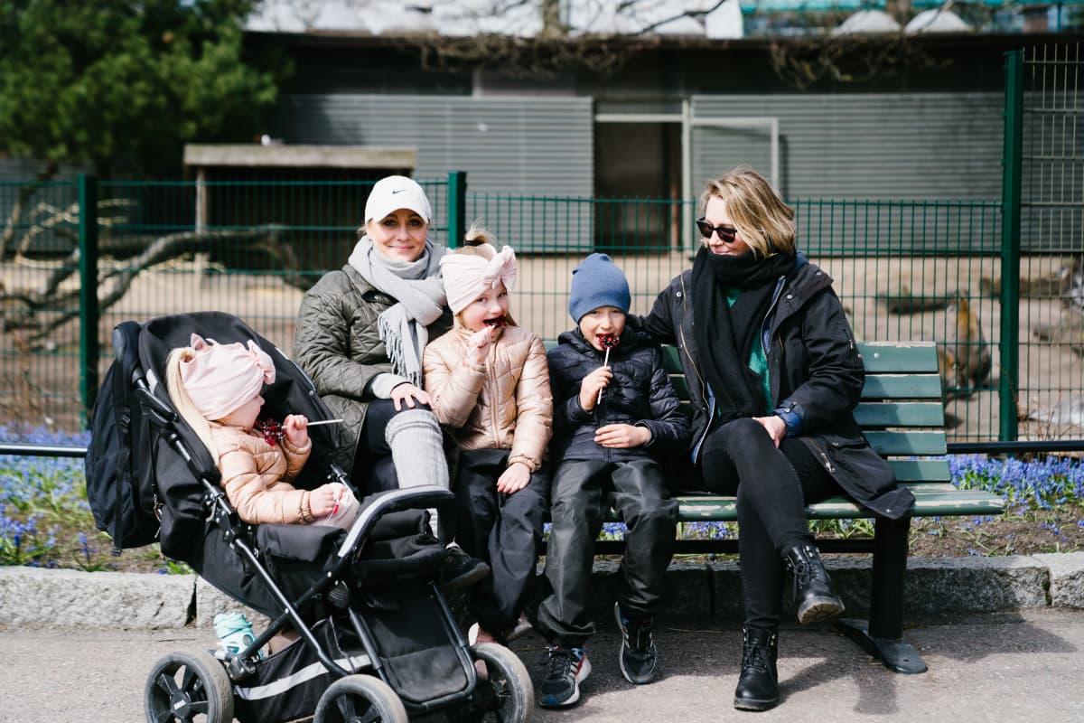 Peppi Lilja (tytöistä isompi), Elli Lilja (tytöistä pienempi) ja Viljami Heino (lapsi), Miisa Heino (ruskeahiuksinen äiti,)ja Sanna Lilja (vaaleahattuinen äiti)