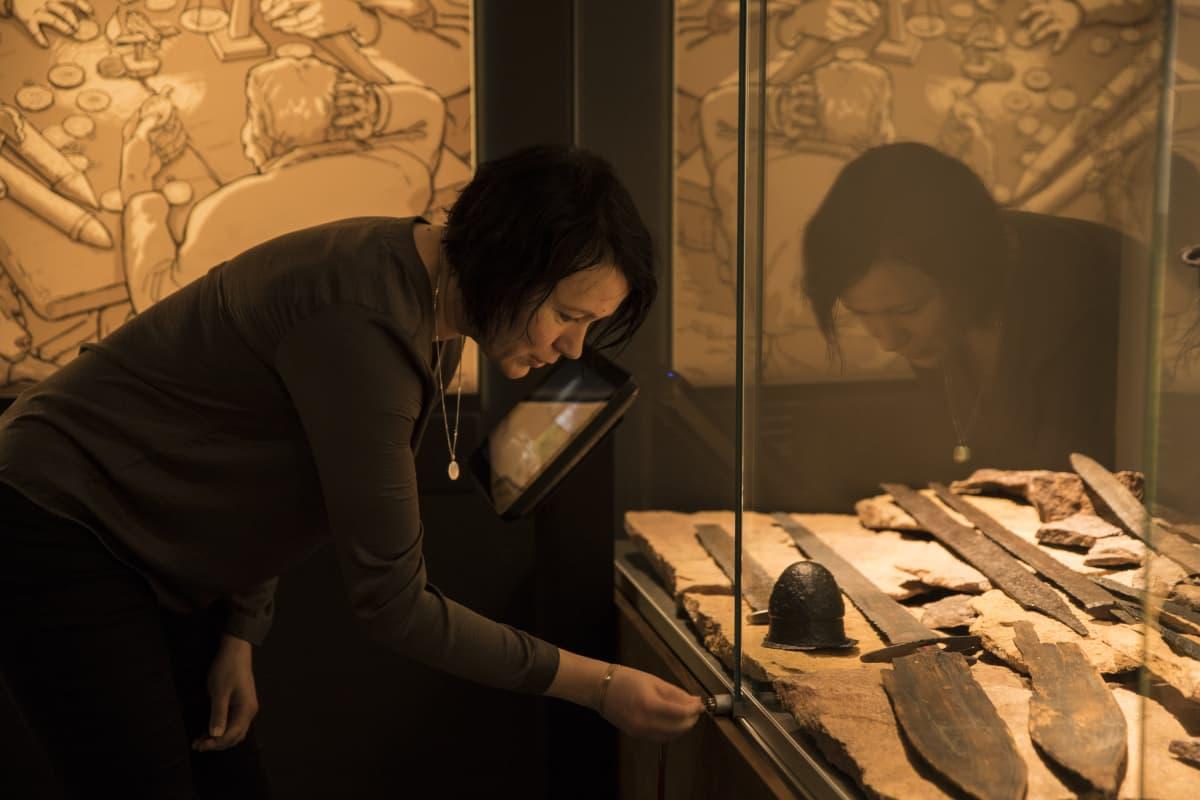 Satakunnan Museon maakuntatutkija Akuliina Aartolahti lukitsee vitriiniä.