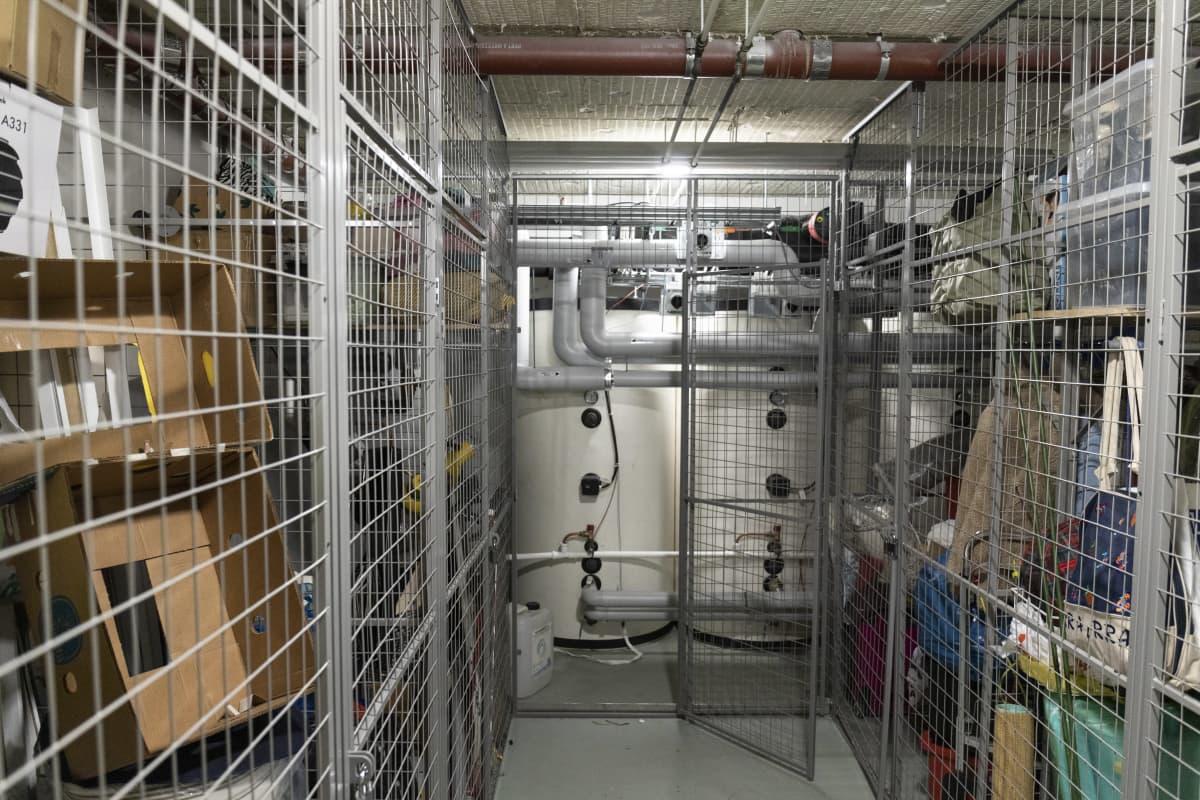 Lämminvesivaraajia häkkivaraston perällä.