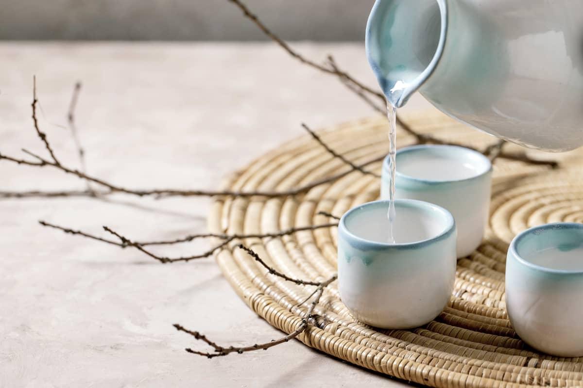 Japanilaista astiastoa. Kannusta kaadetaan vettä lasiin.