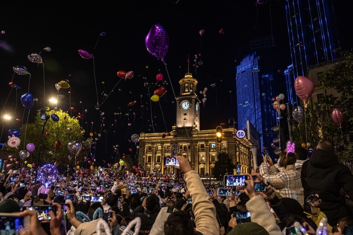 Wuhanissa Kiinassa ihmiset juhlivat suurin joukoin vuoden 2021 alkamista.