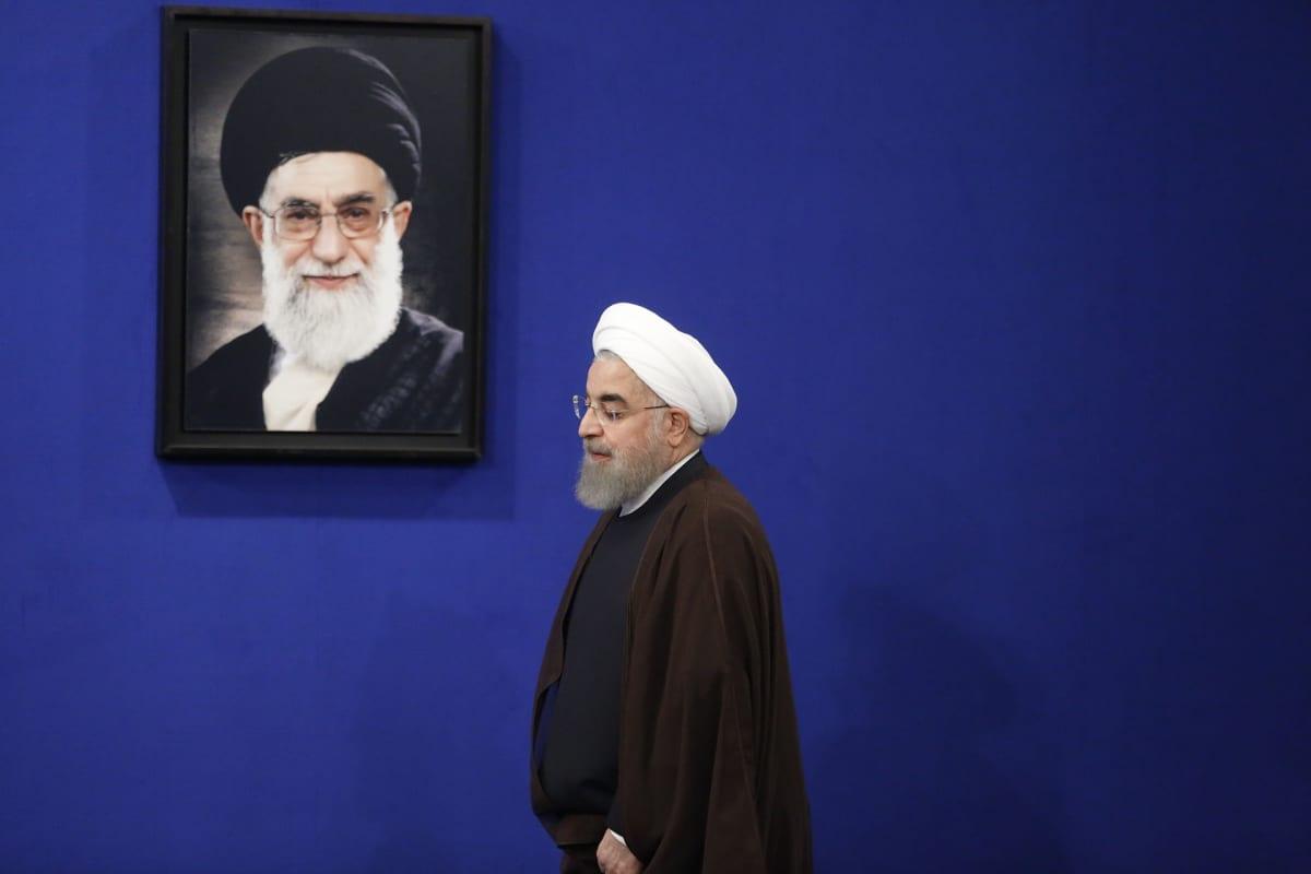 Juuri toiselle kaudelle valittu presidentti Hassan Rouhani käveli Iranin hengellisen johtajan Ali Khamenein muotokuvan ohi Teheranissa toukokuussa 2017.