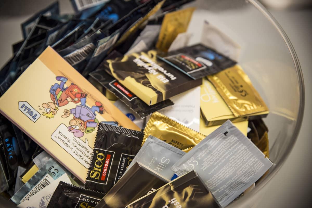 Kondomeja kulhossa.