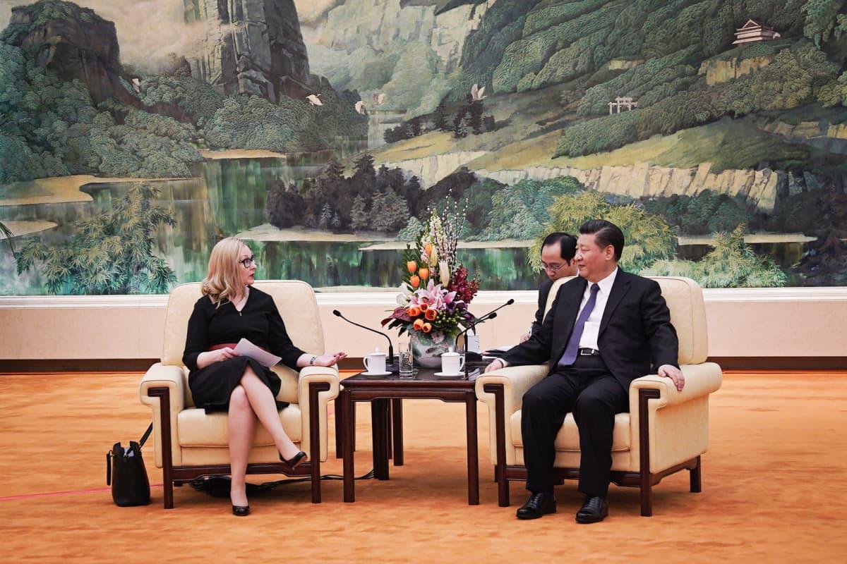 Eduskunnan puhemies Maria Lohela ja Kiinan presidentti Xi Jinping.