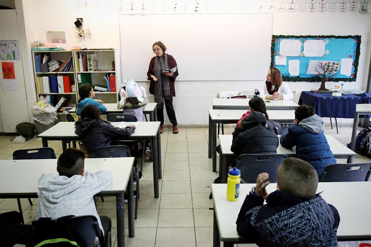 Palestiinalainen historianopettaja Haneen Hussein ja israelilainen kirjallisuudenopettaja Hallel Eshed opettavat yhdessä yhdeksättä luokkaa.