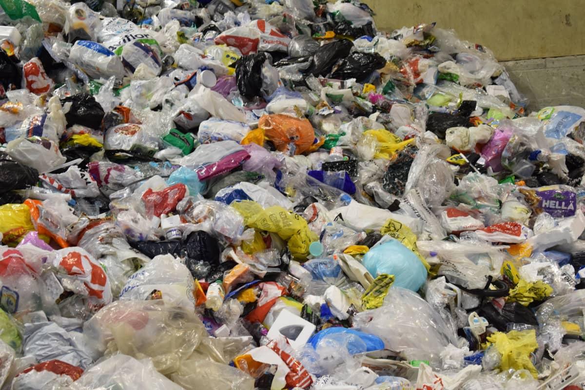 Kierrätettävää muovia välivarastossa.