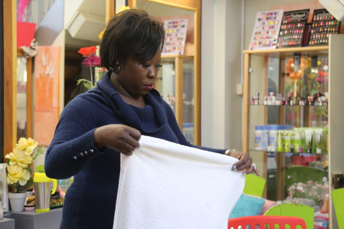 Gabonilais-kongolainen entinen hoitoavustaja Mireille Pola-Aboghé kuvattuna Brysselissä.