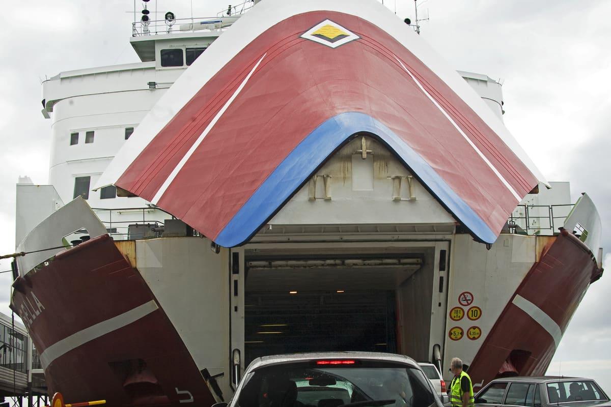 Viking Linen autolauttaa lastataan.