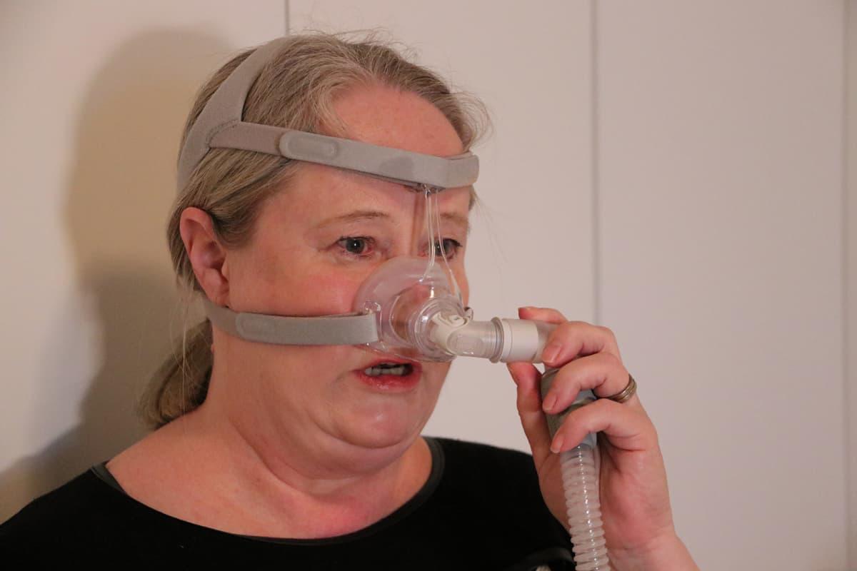 Tuula Markkula nukkuu CPAP-laitteen avulla.