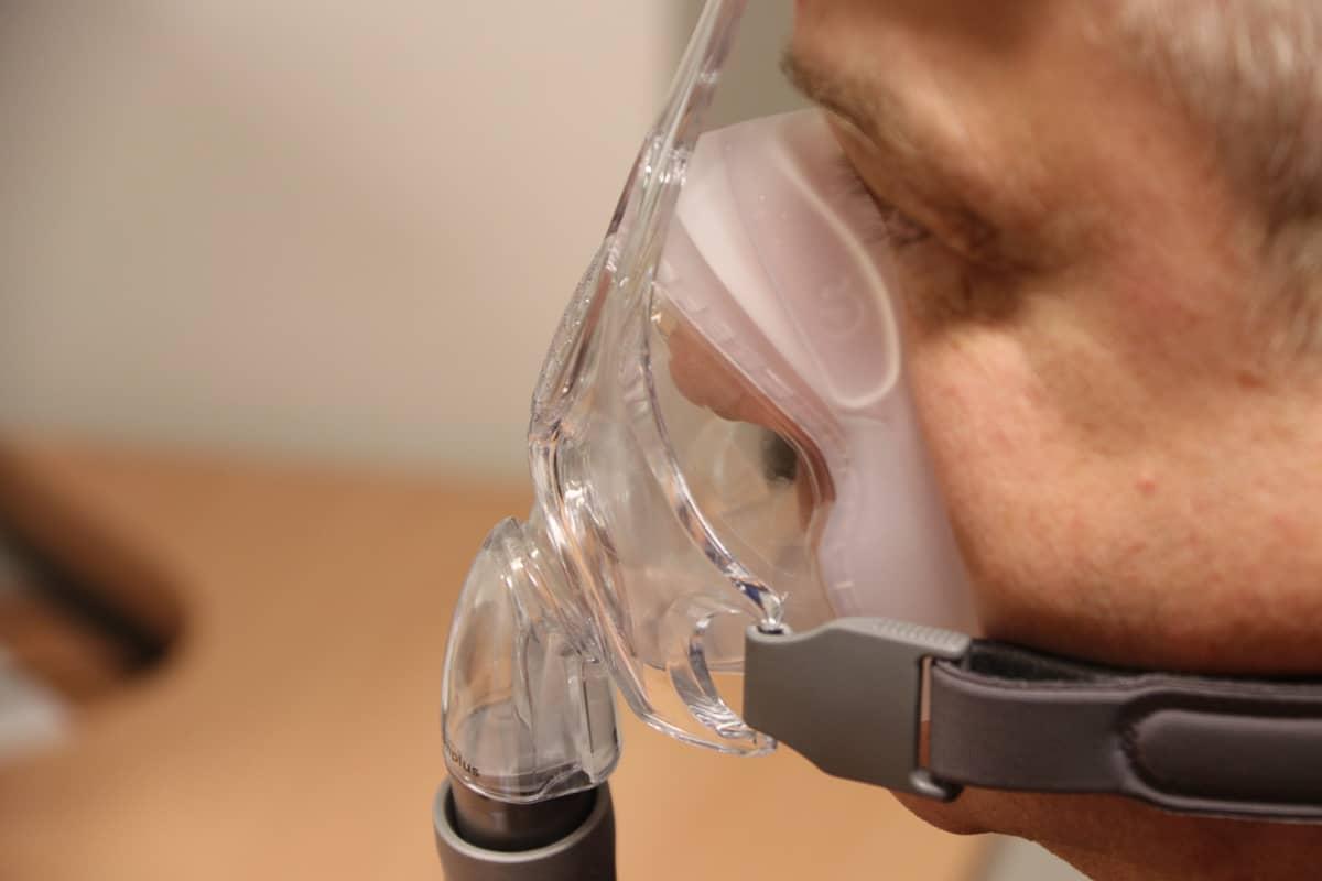 CPAP-laite auttaa hengittämään ylipaineen avulla.