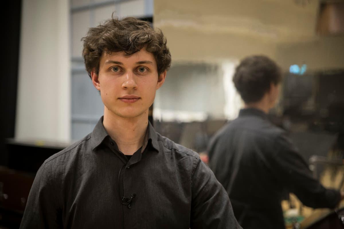 Tuomas Siddall soittaa Kansallisoopperan orkesterissa.