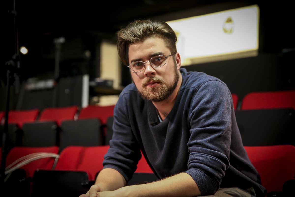 Eppu Pastinen on siivilipalvelusmiehenä Q-teatterissa.