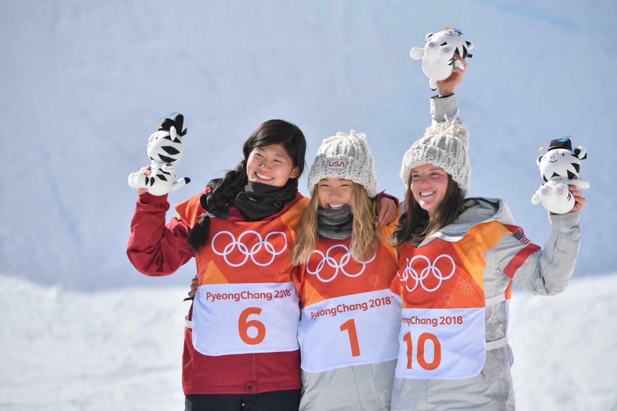 Kiinan Liu Jiayu sekä Yhdysvaltain Chloe Kim ja Arielle Gold.