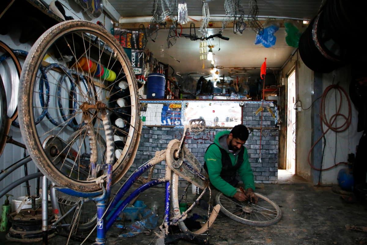 Mies korjaa pyörää