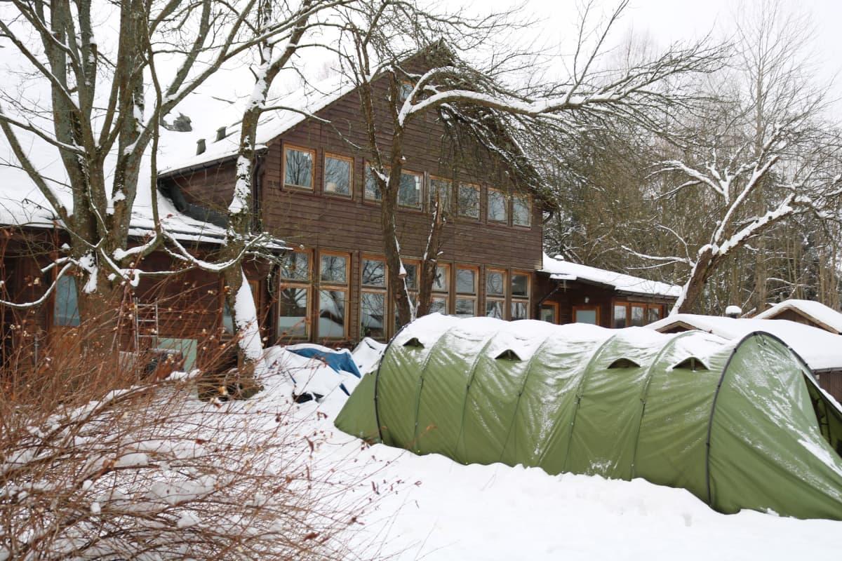 Aktivistien leiri on Teremiskin kylän entisessä koulussa.