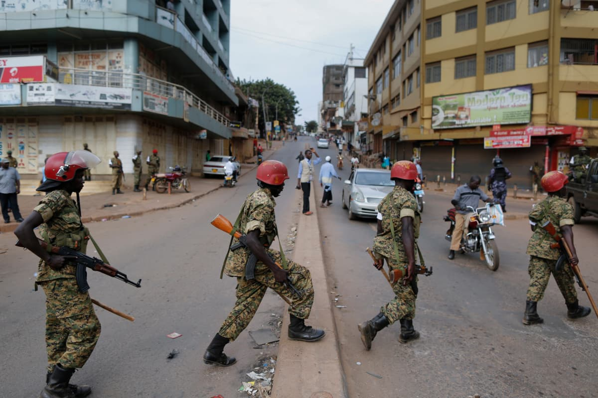 Sotilaspoliiseja Ugandan pääkaupungissa Kampalassa vuoden 2016 presidentinvaalien aikaan.