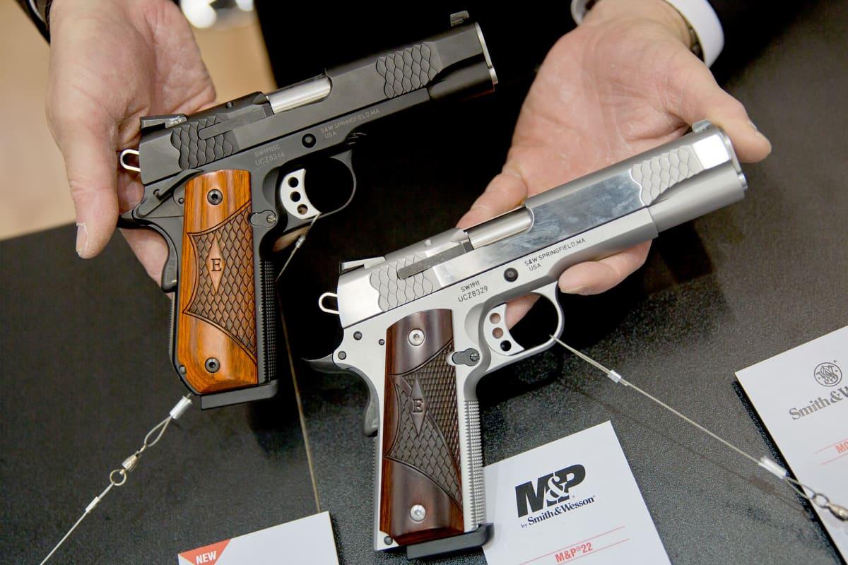 kaksi pistoolia