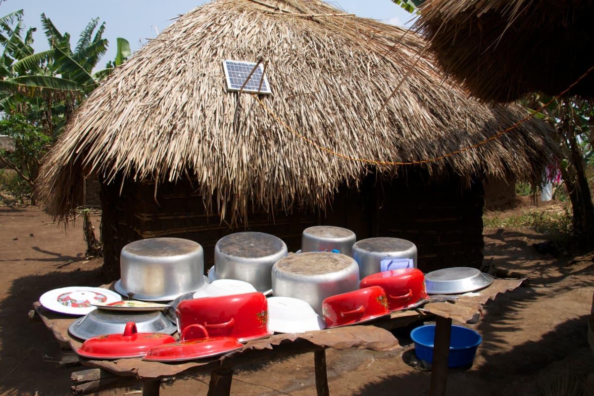 Ugandan pakolaisalueilla ei ole sähköä, joten moni lataa puhelimensa auringon voimalla.