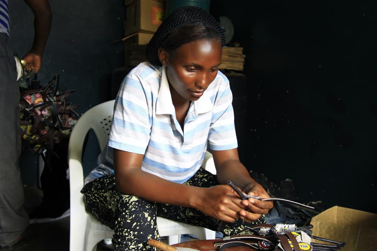 Kongolainen 25-vuotias Esther valmisti sandaaleja Ugandan pääkaupunki Kampalassa. Myös kaupungeissa on paljon pakolaisi