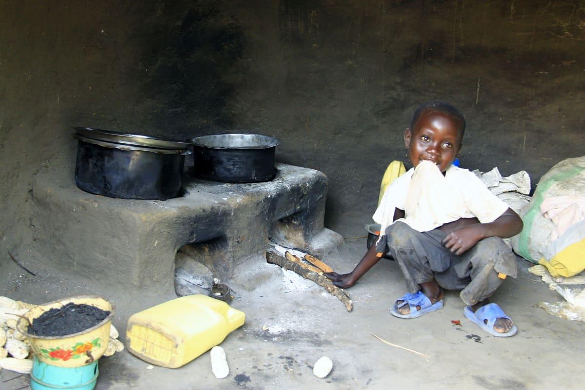 Suuret pakolaismäärät voivat tehdä hallaa  ympäristölle. Köyhistä oloista tulevat pakolaiset ovat riippuvaisia haloista ja puuhiilestä ruoanlaitossa, ja jopa kolmasosa Ugandan metsistä on hakattu viimeisen 20 vuoden aikana. Pieni poika esittelee perheensä ekologisempaa liettä Kyangwalin pakolaisasutusalueella.
