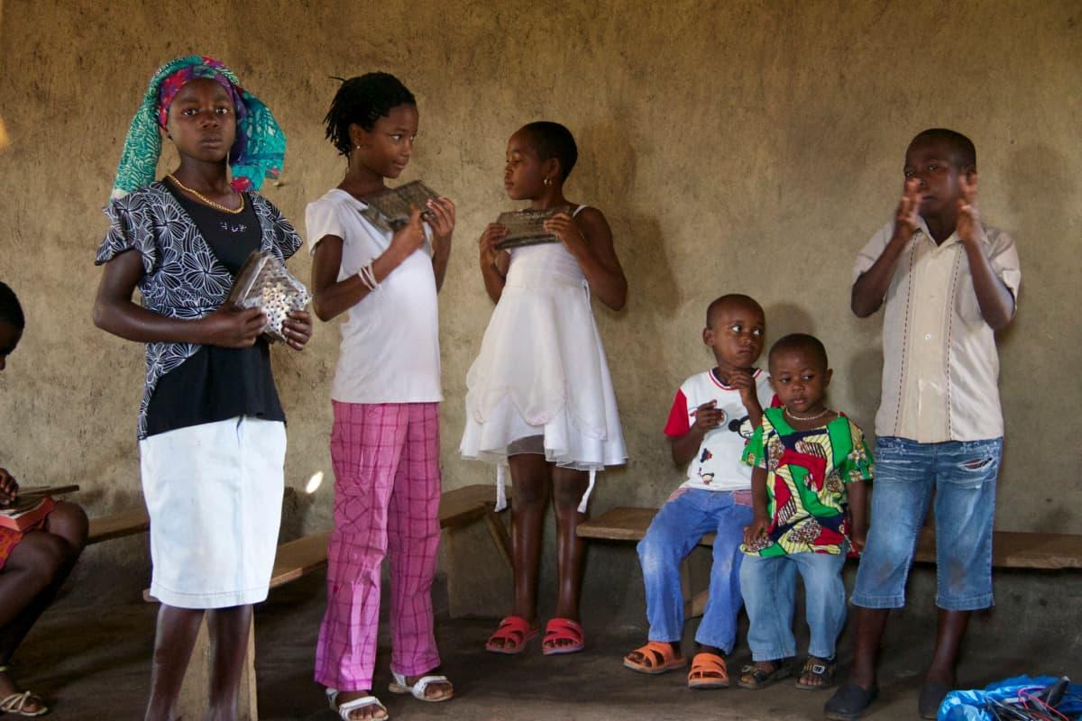 Kirkossa käynti on tärkeää monelle pakolaiselle. Lapset ovat laittaneet hienoimmat vaatteensa päälle sunnuntain jumalanpalvelusta varten.