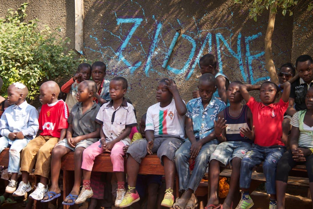 Kongolaislapset oppivat Ugandan virallista kieltä englantia jalkapallon avulla pääkaupunki Kampalassa. Kongolaiset pakolaiset puhuvat usein ranskaa, swahilia, lingalaa ja muita paikalliskieliä.