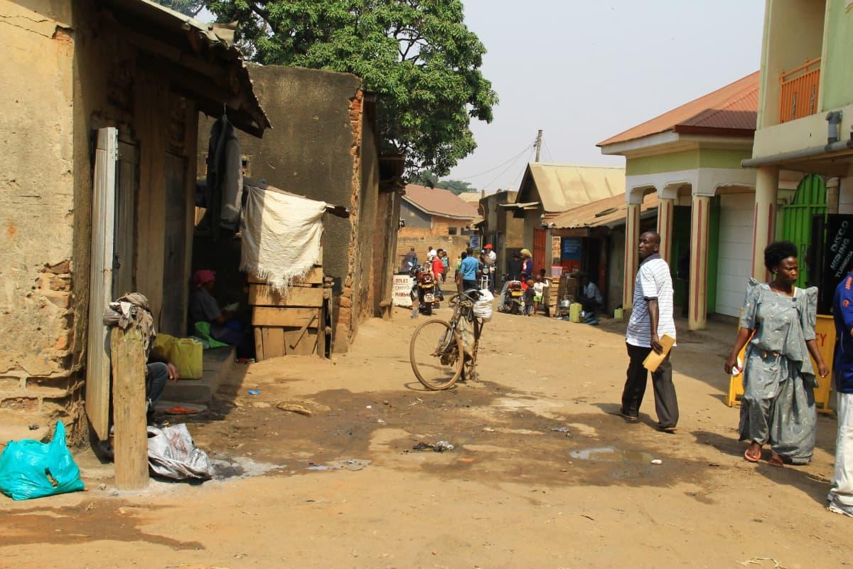 Moni, etenkin korkeammin koulutettu pakolainen asuu pääkaupunki Kampalassa, usein slummialueilla. Vaikka he pakolaispolitiikan mukaan saavat tehdä töitä, Ugandassa työttömyysluvut ovat korkeat, ja moni palkkaa mieluummin Ugandalaisen kuin pakolaisen.