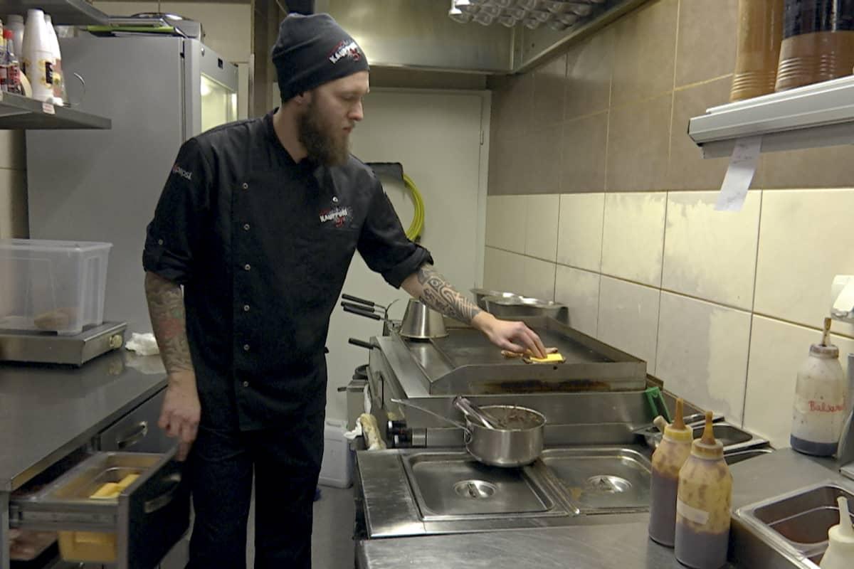 Tommi Kumpulainen on Kauppuri 5:n keittiömestari.