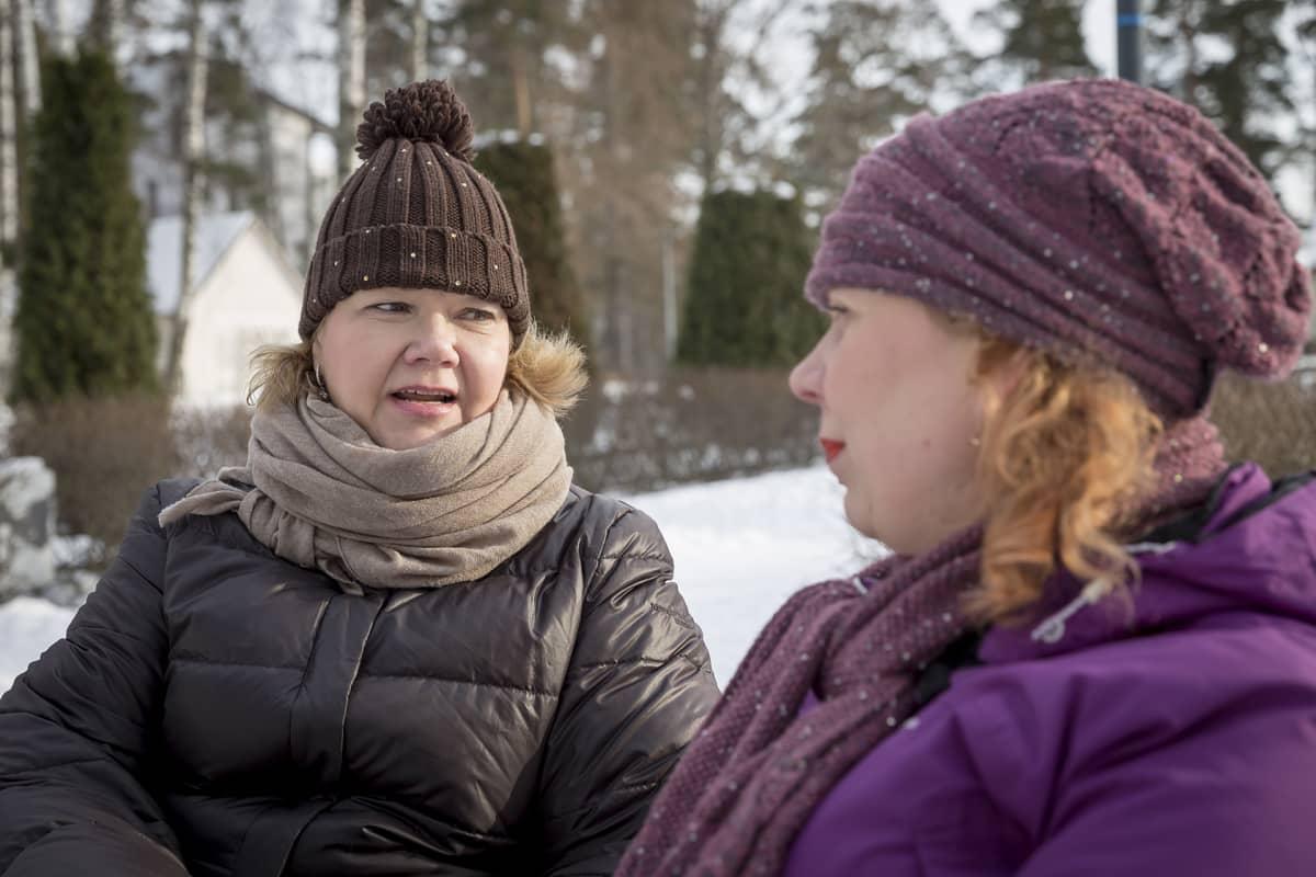 Äitimentori Tiina Tervonen ja perheenäiti Heini Mielonen keskustelevat puiston penkillä.