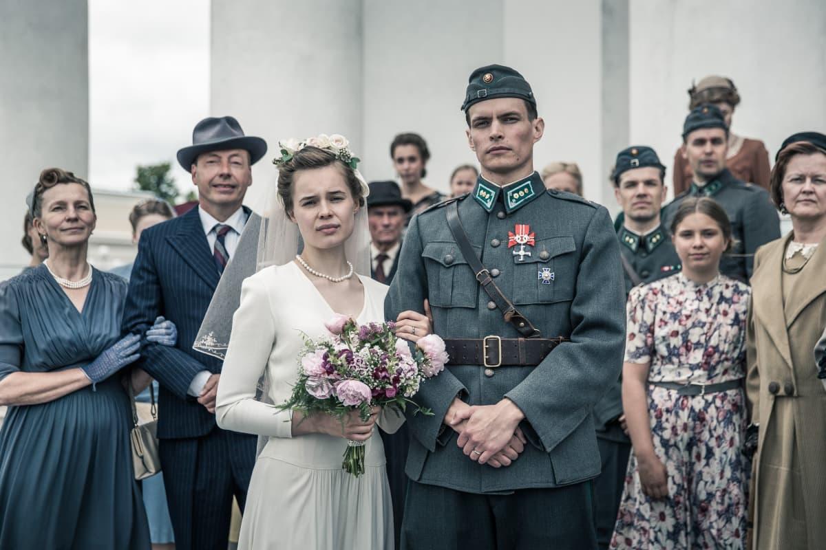 Marketta Tikkanen ja Johannes Holopainen avioparina Tuntemattomassa sotilaassa.