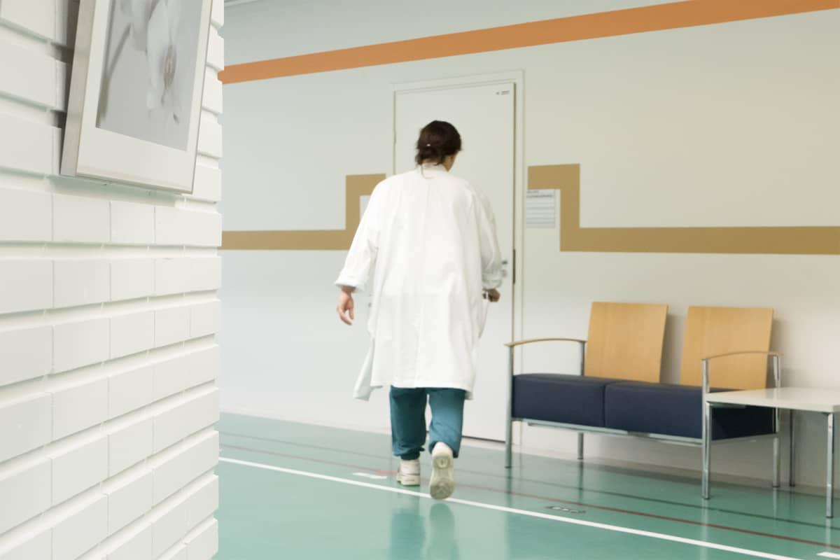 Lääkäri sairaalan käytävällä.