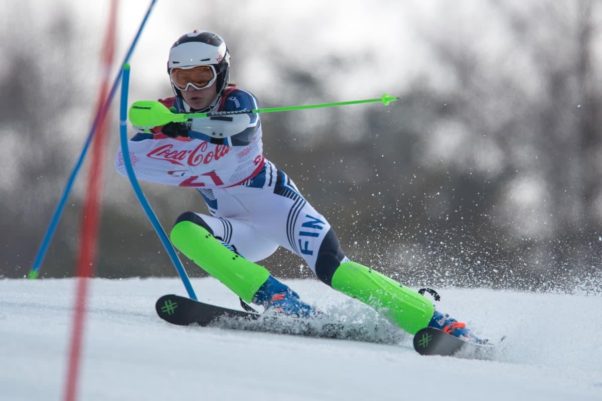 Santeri Kiiveri pujottelee Pyeongchangin paralympialaisten alppiyhdistetyssä.