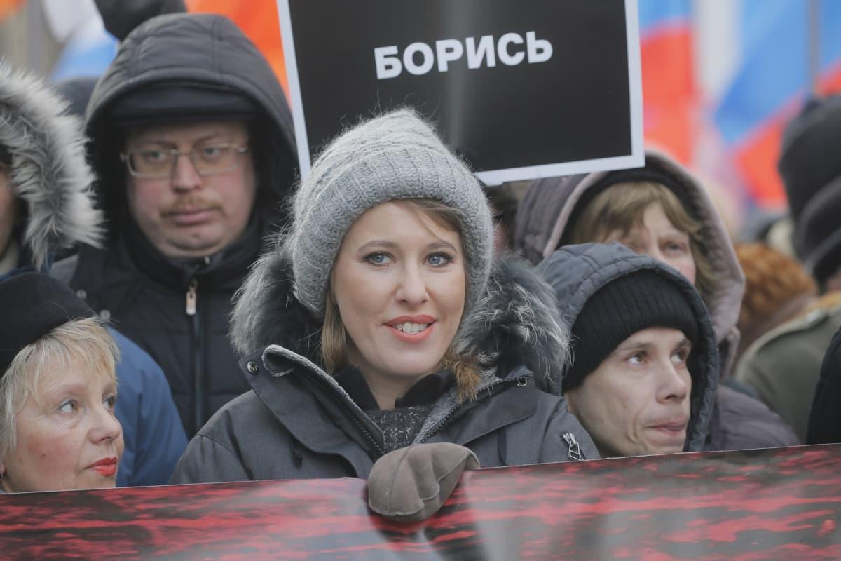 Ksenija Sobtšak mielenosoituksessa, joka pidettiin oppositiopoliitikko Boris Nemtsovin muistoksi.
