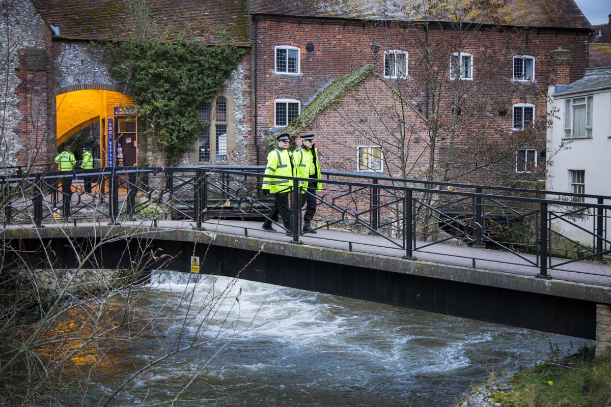kaksi poliisia kävelee sillan yli