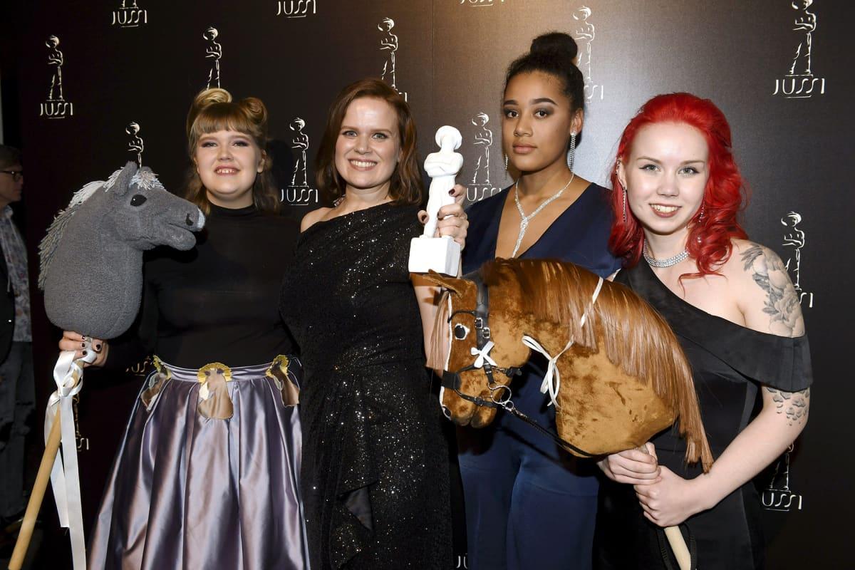 Ohjaaja Selma Vilhunen (2. vas.) sekä Elsa Salo (vas.), Mariam Njie ja Alisa Aarniomäki vastaanottivat dokumenttielokuvan Jussi-palkinnon