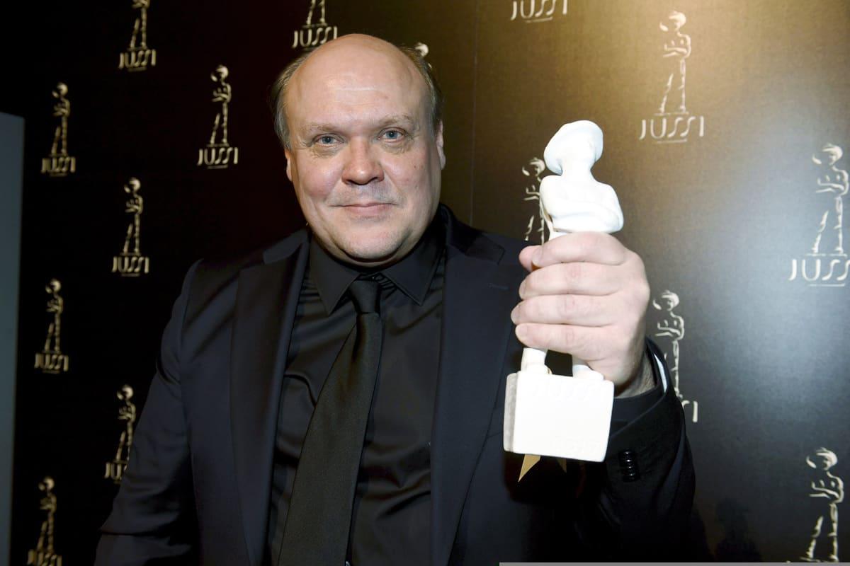 Hannu-Pekka Björkman vastaanotti parhaan miessivuosan Jussi-palkinnon elokuvasta Ikitie Jussi-gaalassa