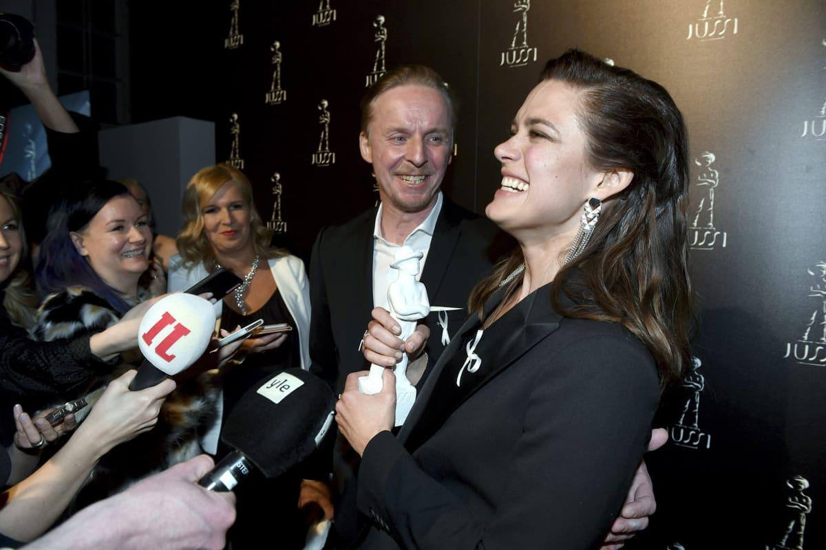 Eero Aho (vas.) vastaanotti parhaan miespääosan Jussi-palkinnon elokuvasta Tuntematon sotilas ja Krista Kosonen parhaan naispääosan Jussi-palkinnon elokuvasta Miami Jussi-gaalassa