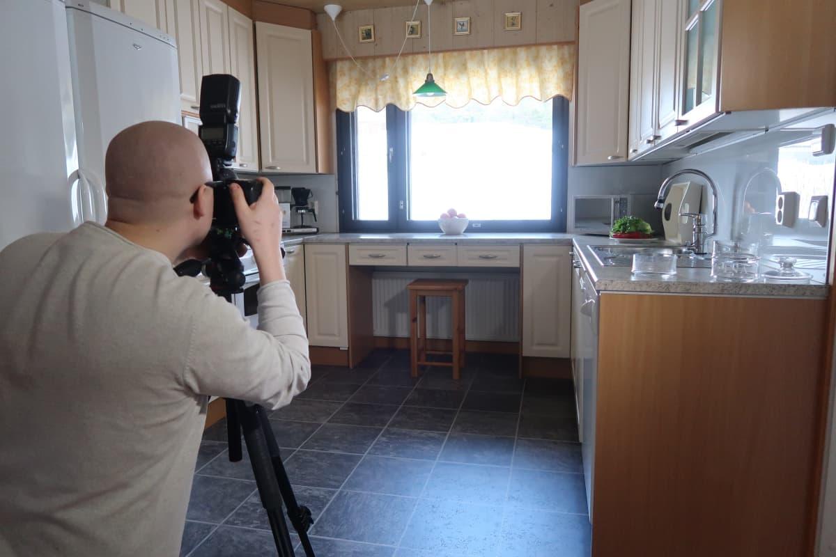 Valokuvaaja ottaa kuvaa keittiöstä