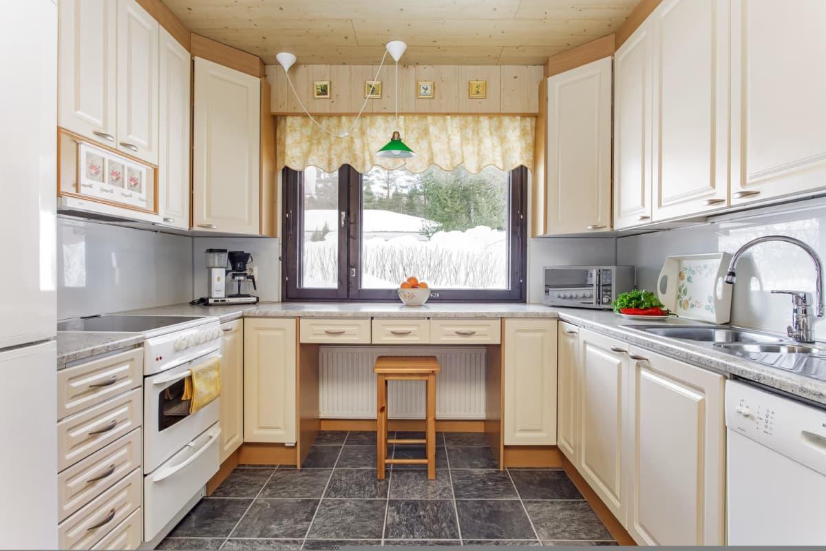 Stailattu keittiö ammattivalokuvaajan kuvaamana