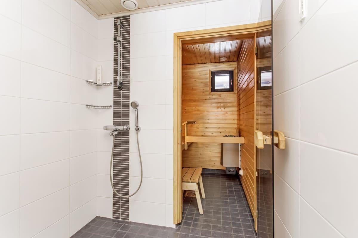 Kylpyhuoneen myyntikuva, stailattu