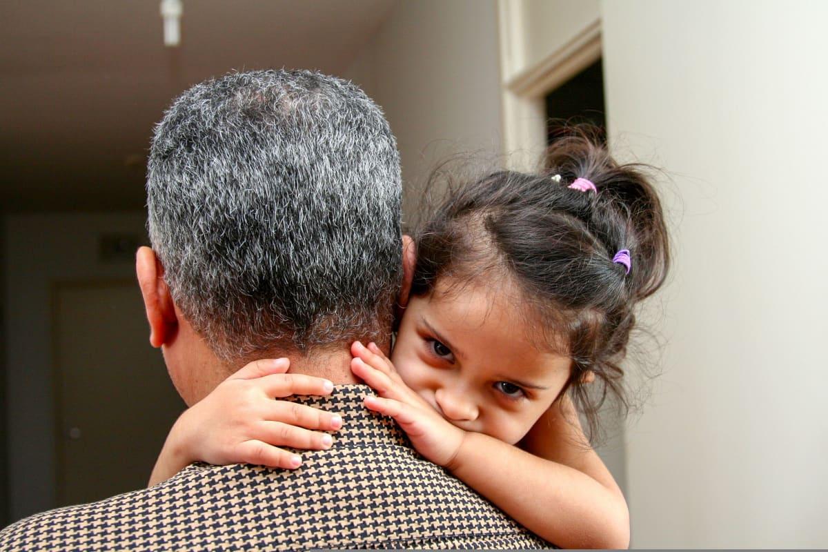 tytär isän sylissä