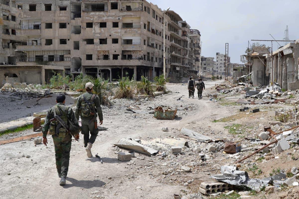 Syyrian hallituksen sotilaat kävelevätItä-Ghoutan Jobarissa
