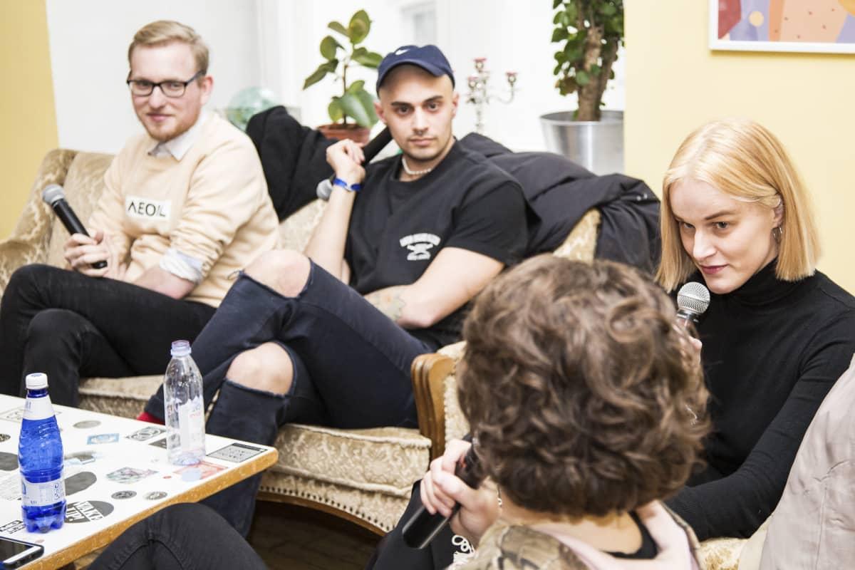 Bart Pushaw (vas.), Rene Köster ja Maria Minerva keskustelivat queer-identiteetistä.