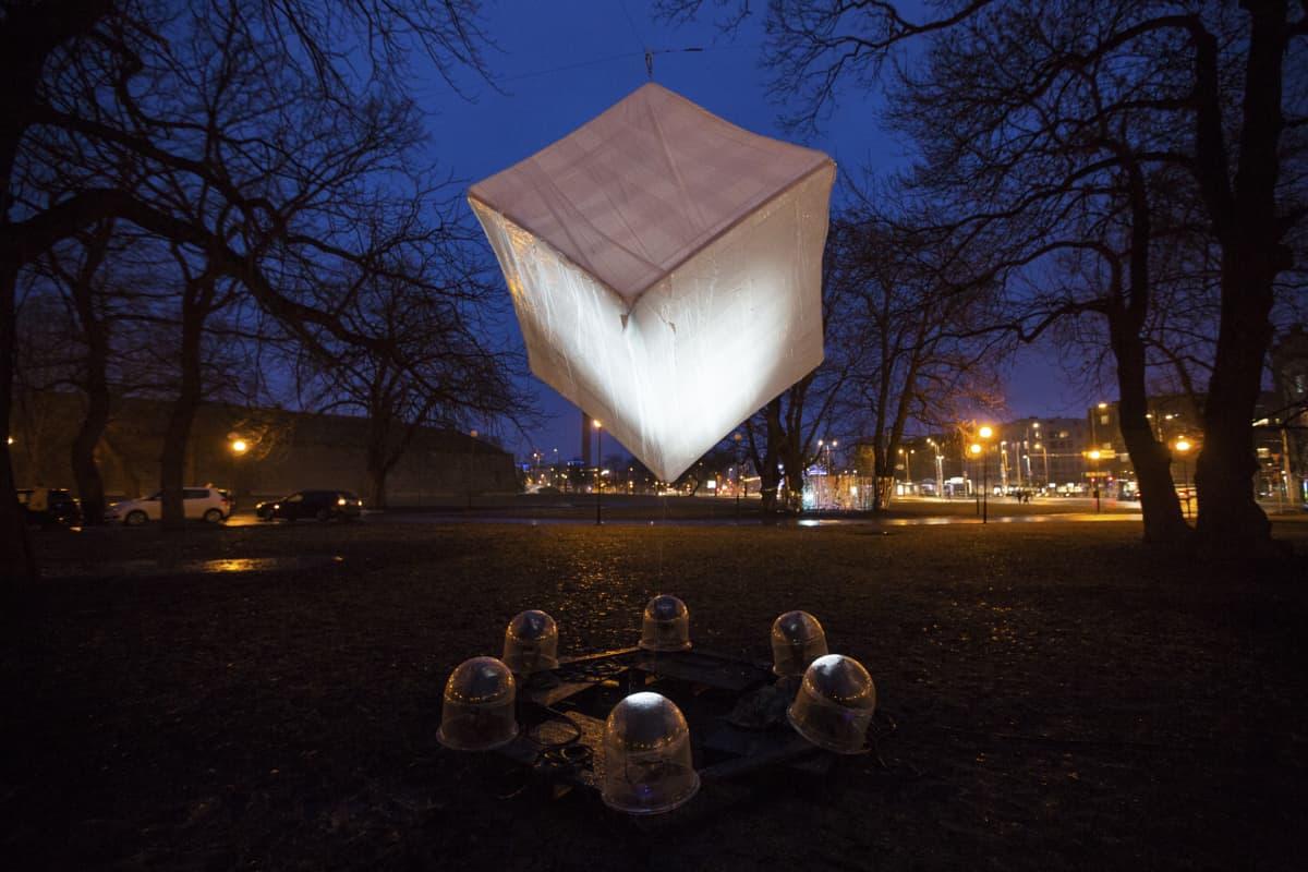 Mari-Liis Reinsoon, Triinu Obersneiderin ja Mark Aleksander Fischerin teos Aegluup on osa festivaalin valotaidenäyttelyä.