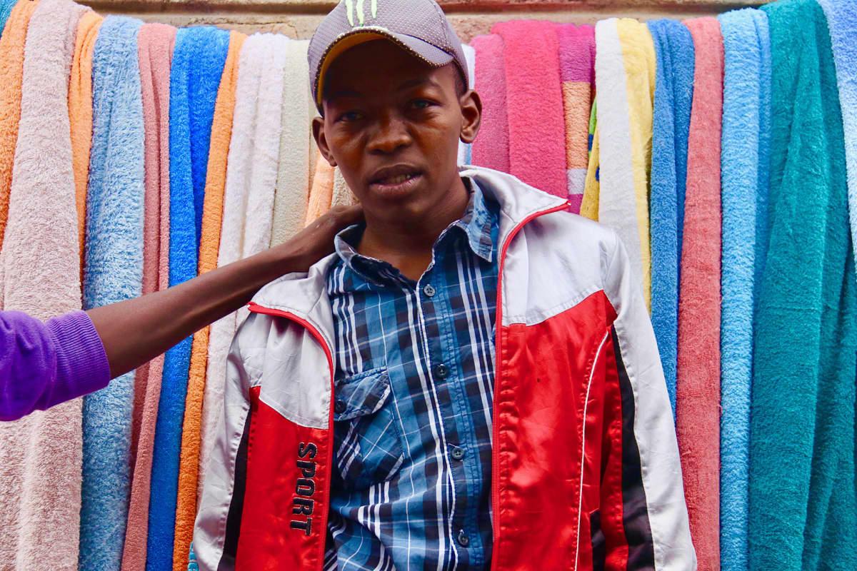 Richard Mweya sanoo, että jos mitumba kiellettäisiin, hän yrittäisi saada töitä vaatekaupasta keskustassa.
