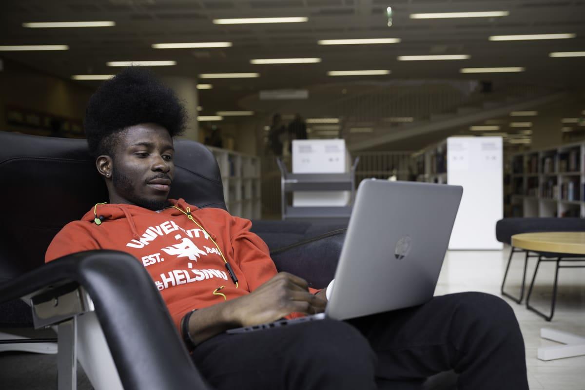 Nigerialainen Oyelowo Oyedayo opiskelee Helsingin yliopistossa.