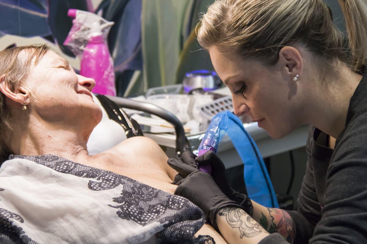 Alexia Cassar tatuoi asiakastaan.